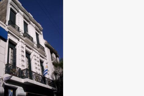 Fachada sobre la calle Sarandí.