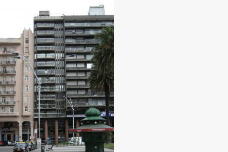 Fachada que enfrenta la Plaza Independencia