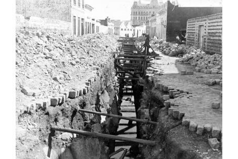 Vista de las obras de saneamiento de la calle Patagones (actual Juan Linfolfo Cuestas). Al fondo Hotel Nacional.