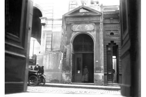Fachada por Cerrito, entrada a cripta