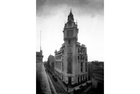 Vista de sede del Instituto de Jubilaciones y Pensiones del Uruguay luego Frigorífico Nacional demolido en 1970.