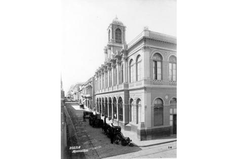 Bolsa de Comercio. Pasa su construcción se demolió la antigua Capilla y Convento de San Francisco.
