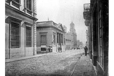 Vista al antiguo edificio de la Bolsa de Comercio, demolido hacia 1925 con toda la manzana para construir la casa central Brou.