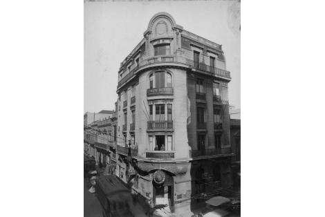 Esquina suroeste de calles 25 de Mayo y Zabala. Edificio Italcable, realizado por Arqs. A. Guilbert y E. Gantner en el año 1913.