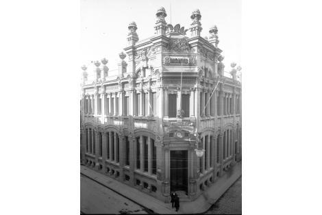 Esquina de 25 de Mayo y Zabala. Banco Popular del Uruguay.