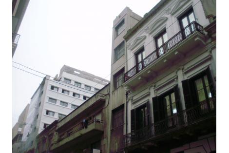 Fachada por calle Treinta y Tres