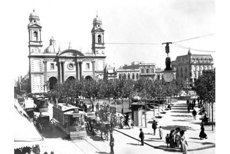 Edificio original con mansardas características y cúpula que posterioremente se eliminaron.