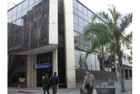 Esquina comprendida entre Sarandí y Misiones.