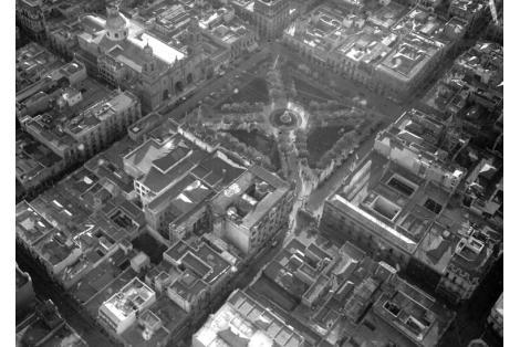 Vista aérea de la Plaza de la Constitución. Vista a la izquierda del Hotel Pyramides.