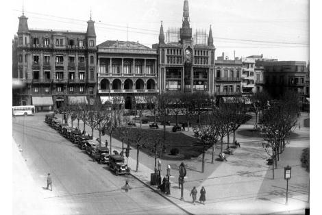 Vista de fachada calle Sarandí desde Rincón. Plaza Constitución. Club Uruguay. Hotel Lanata. Bazar Colón.