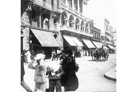 Vista desde la esquina de Sarandí y J.C.Gómez. Fondo fachada Club Uruguay.