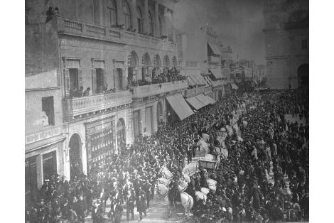 Vista de desfile sobre la calle Sarandí en la Plaza de la Constitución. Club Uruguay.