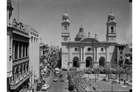 Plaza de la Constitución. Vista a la izquierda del Club Uruguay.
