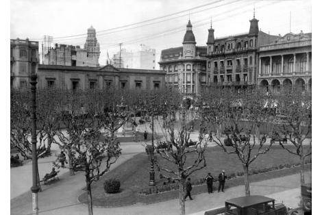 Vista en altura de Plaza Constitución y Cabildo desde esquina calles Rincón e Ituzaingó.