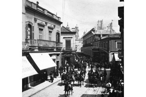 Vista desde calle Sarandí hacia Plaza de la Constitución. Vista a la derecha del Cabildo.