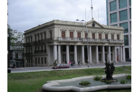 Fachada principal sobre Plaza Independencia