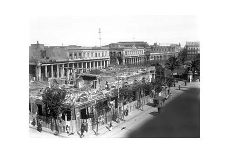 Vista desde Av. 18 de Julio hacia el Palacio Estévez y Plaza Independencia.
