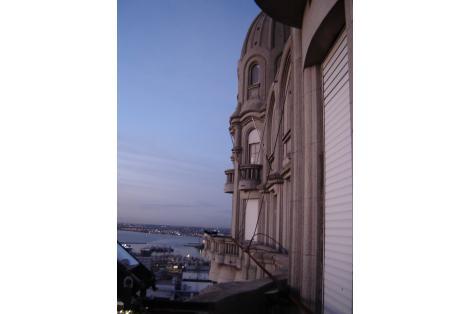 Detalle balcones exteriores, con vista hacia la bahia de Montevideo