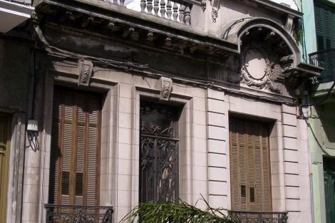 Fachada sobre la calle Pérez Castellano