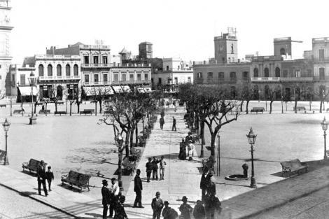 Plaza Constitución vista desde Sarandí y J.C. Gómez. Año 1985. CDF _ pza matriz 474b