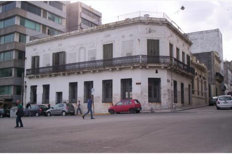 Esquina, calle Ituzaingó y Reconquista